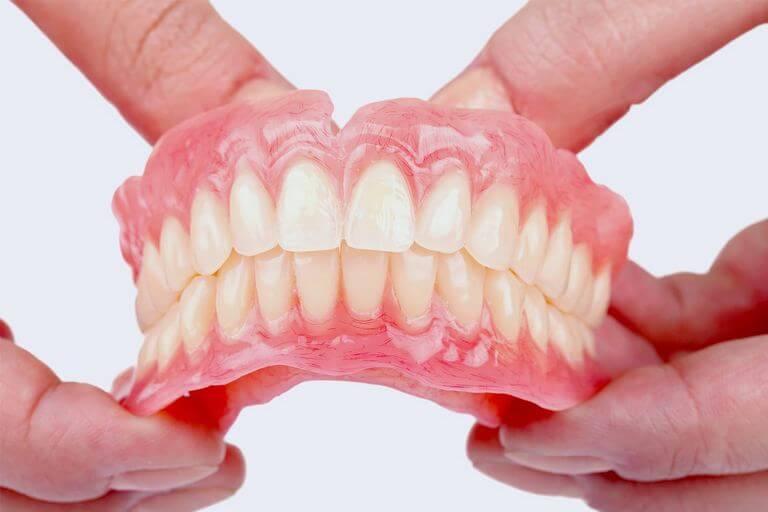 - Zubní lékař Praha Clinic+ - Snímatelné a částečné s ímatelné zubní náhrady - Ортопедическая стоматология